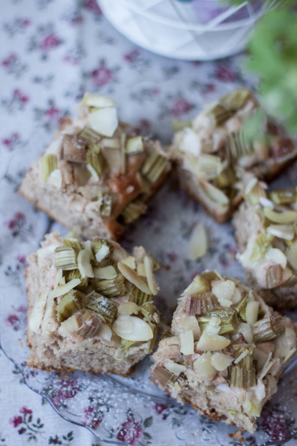Orkiszowe ciasto razowe z rabarbarem, migdałami i kardamonem