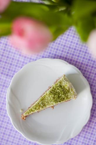 Lekki tort orkiszowy z karobem i kremem cytrynowym