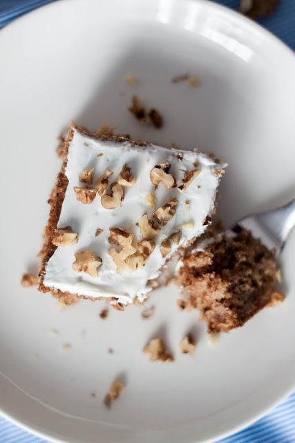 zdrowe ciasto orkiszowe zpasternakiem iorzechami włoskimi podane ztwarożkiem