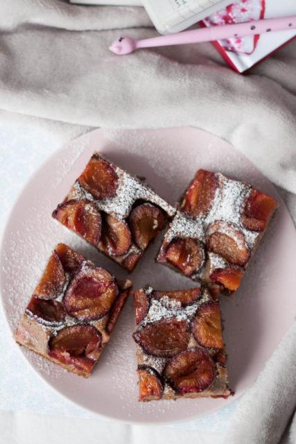 ciasto razowe orkiszowe ze śliwkami i karobem bez cukru