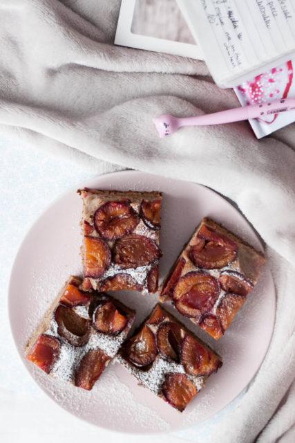 ciasto razowe orkiszowe ześliwkami ikarobem bezcukru