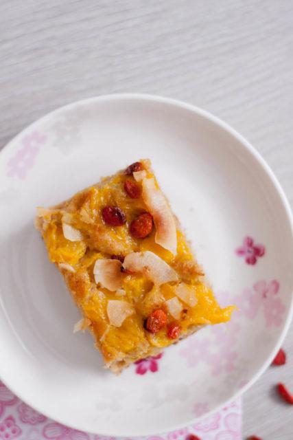 Ciasto jogurtowe z mango i jagodami goji
