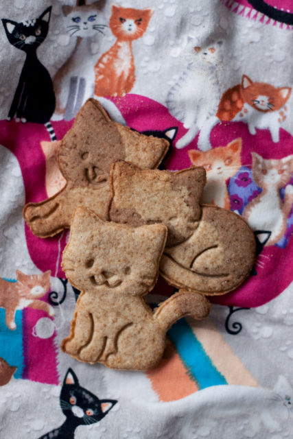 Dzień Kota 2018, kruche łaciate kotki, ciasteczka zmąką orkiszową ikarobem, fit, bezcukru. pełnoziarniste