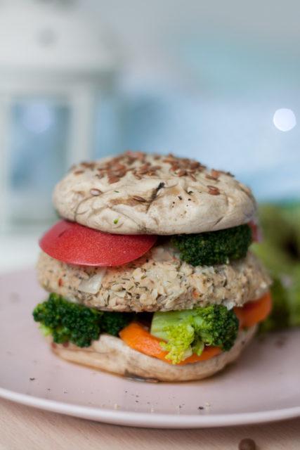 Pieczarkowe burgery z tuńczykiem i warzywami