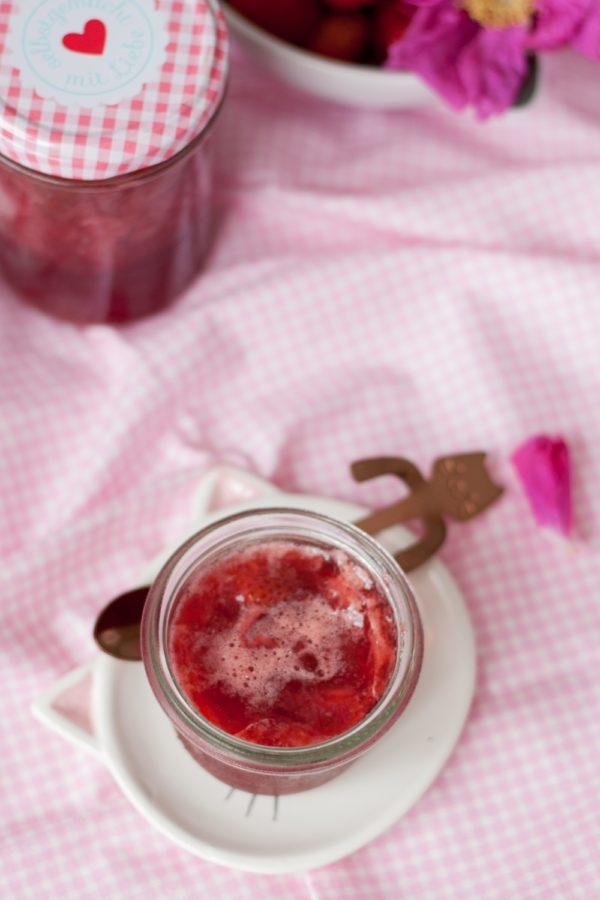 Dżem truskawkowy z płatkami róży