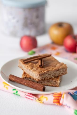 Proste ciasto orkiszowe z białek z jabłkami