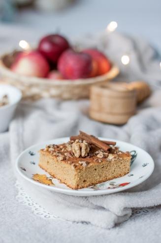 miodowe ciasto z musem jabłkowym i orzechami
