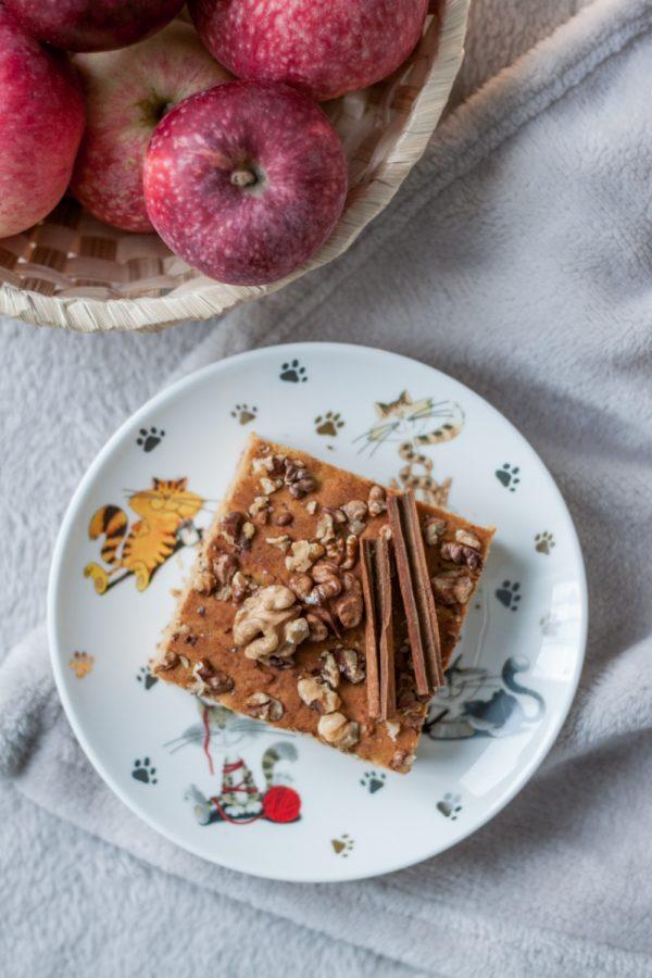 miodowe ciasto zmusem jabłkowym iorzechami