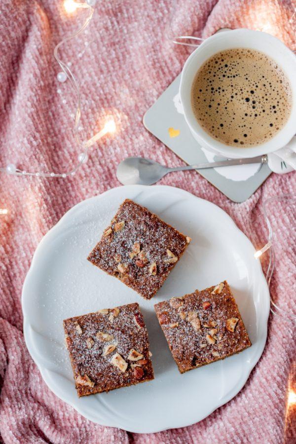 Ciasto daktylowo-figowe z orzechami i cynamonem